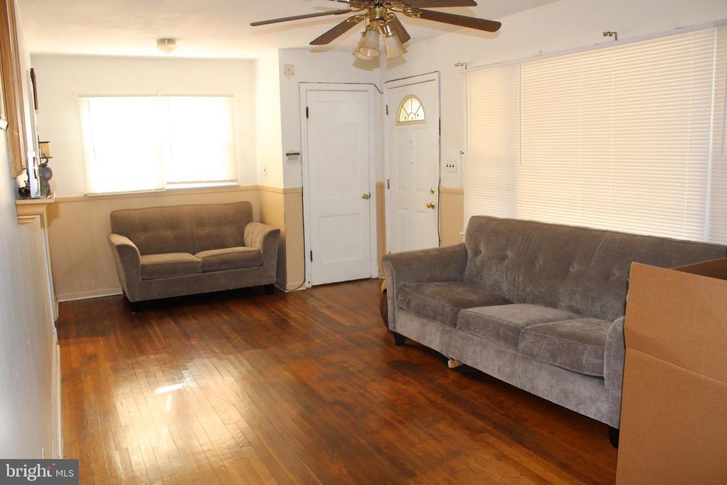 Living room - 6909 RANDOLPH ST, HYATTSVILLE