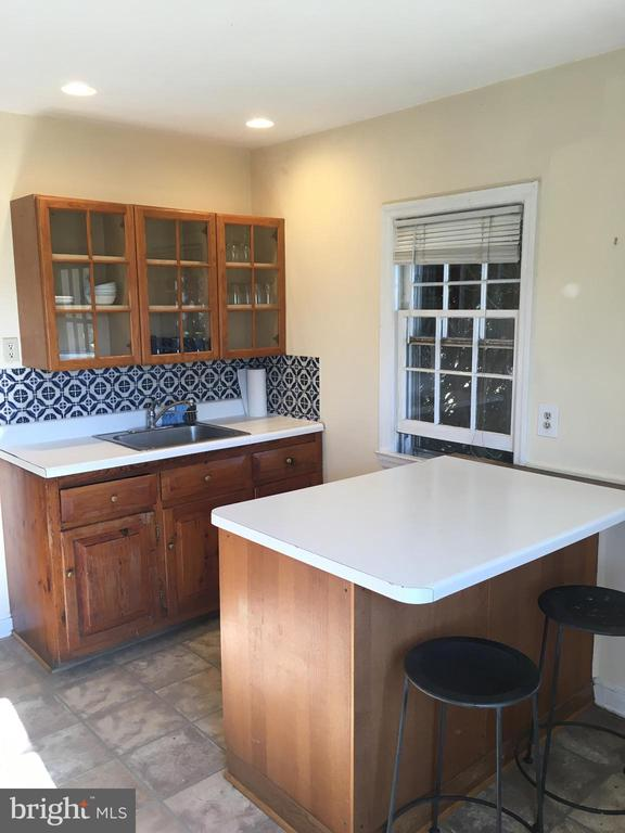 Kitchen with eat-in area - 20597 FURR RD, ROUND HILL