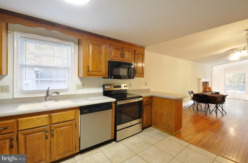 Kitchen w/Corian Counters & Ceramic Tile Floors - 308 WESTOVER PKWY, LOCUST GROVE