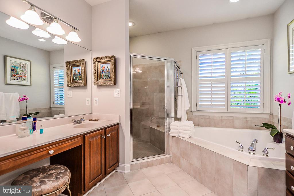 dual vanities, soaking tub and stall shower - 2158 HARITHY DR, DUNN LORING