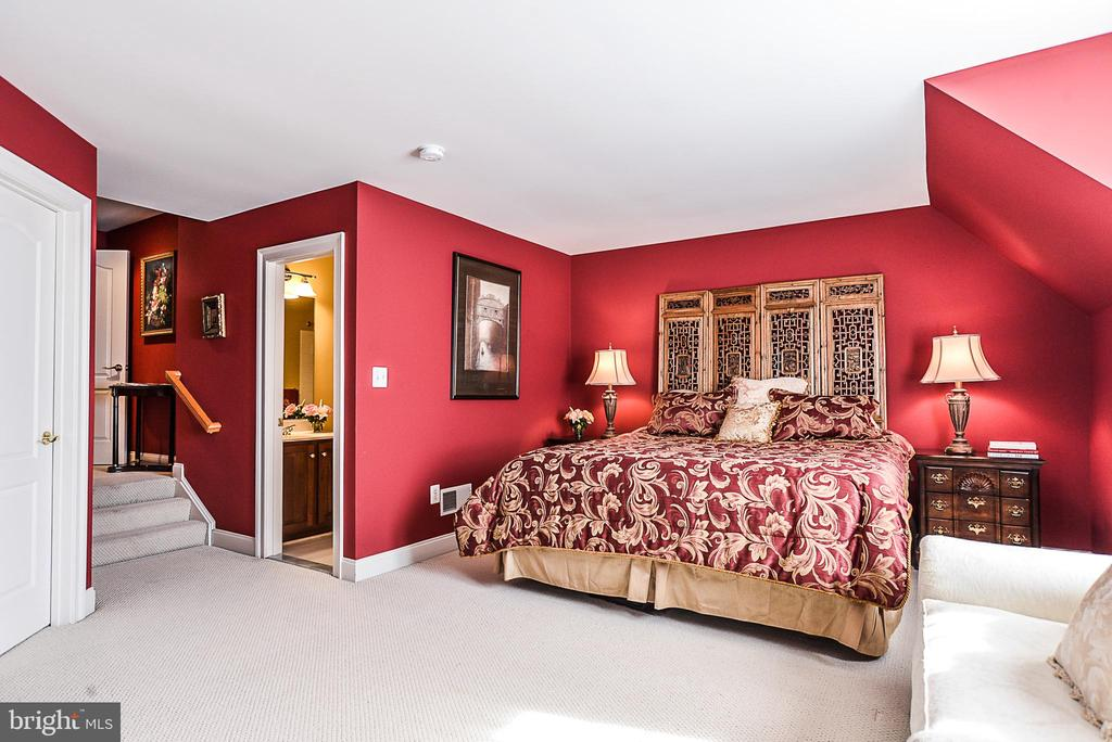 Guest suite with full bath and walk in closet - 2158 HARITHY DR, DUNN LORING