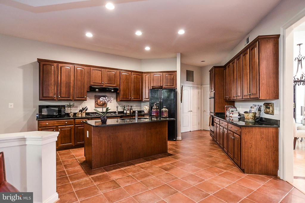 Huge gourmet kitchen with cherry cabinetry - 2158 HARITHY DR, DUNN LORING