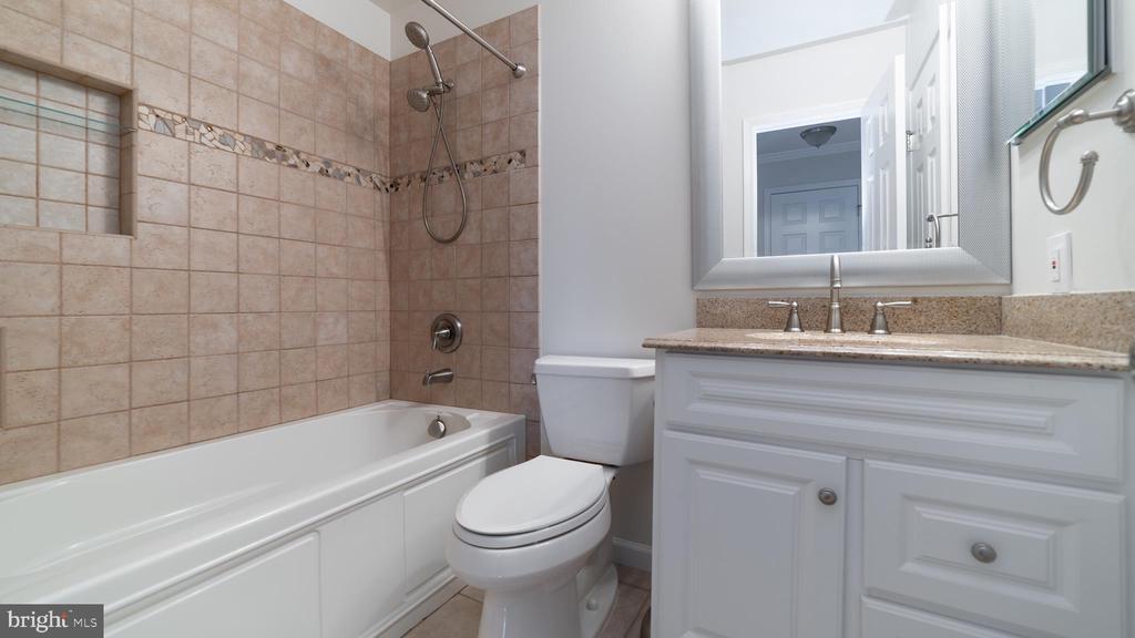 Upper ~Full ~Bathroom - 6002 POWELLS LANDING RD, BURKE