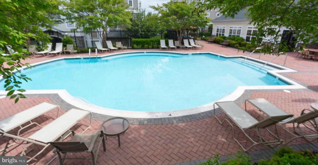 Outdoor pool & hot tub - 501 SUNSET VIEW TER SE #101, LEESBURG