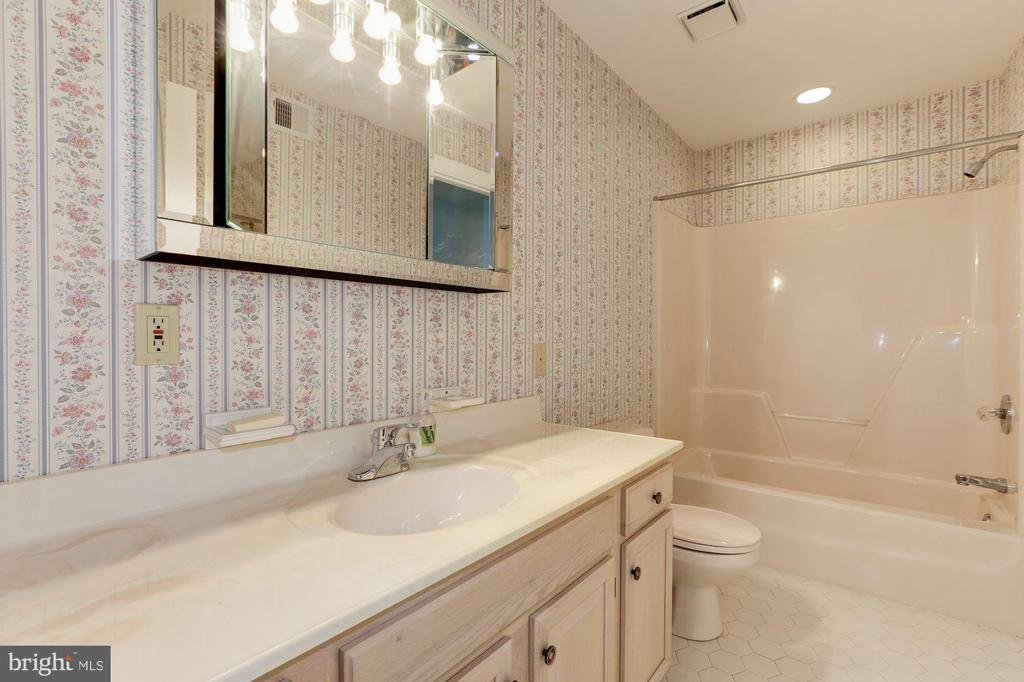 Upper Level Master Bathroom - 7028 HUNTER LN, HYATTSVILLE