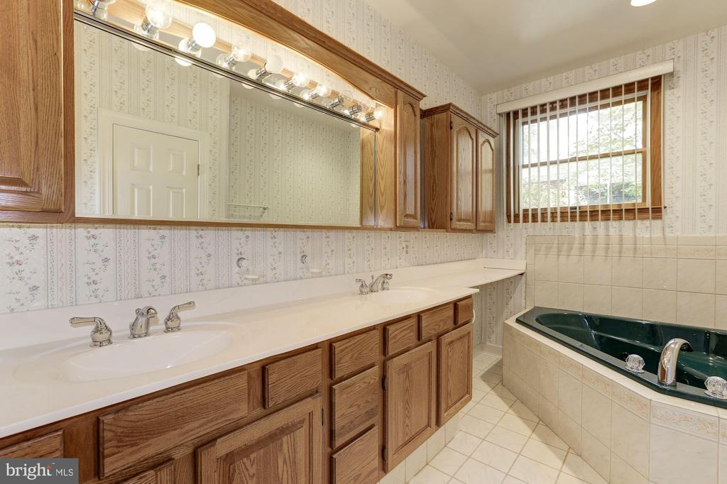 Master Bath with Corner Spa Tub - 7028 HUNTER LN, HYATTSVILLE