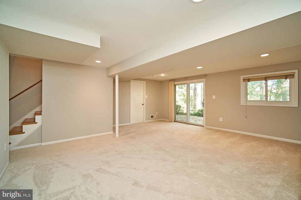 Finished rec room with walk out to patio - 5366 GAINSBOROUGH DR, FAIRFAX