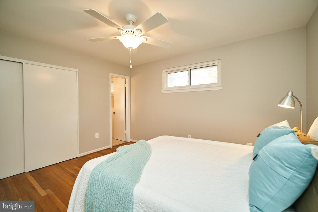 Master bedroom with en-suite bath - 5366 GAINSBOROUGH DR, FAIRFAX