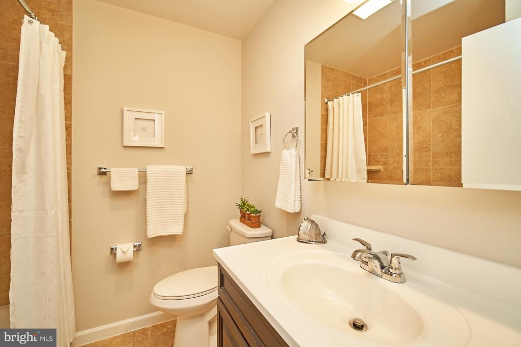 Renovated hall bathroom - 5366 GAINSBOROUGH DR, FAIRFAX