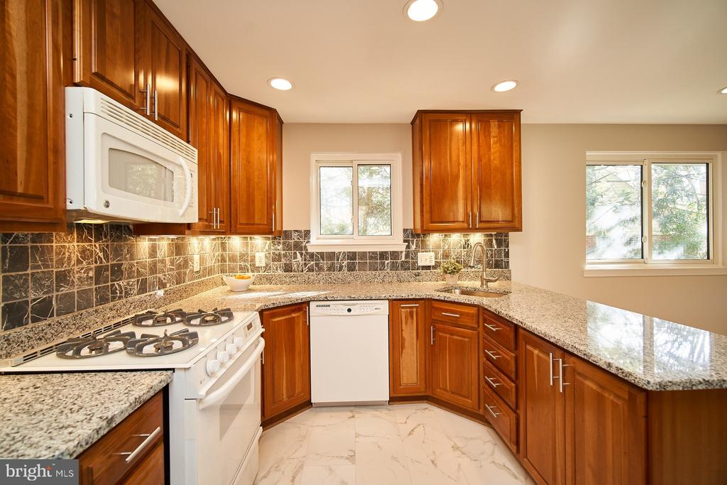 Gorgeous eat in kitchen, granite counters - 5366 GAINSBOROUGH DR, FAIRFAX