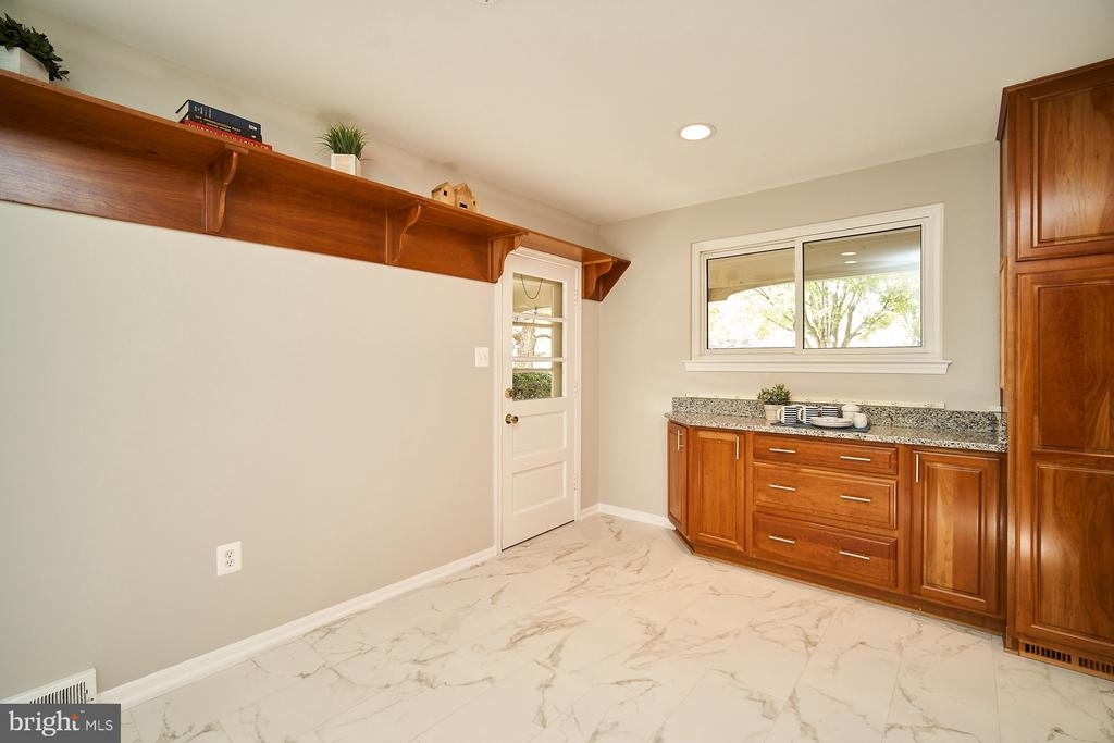 Entry from carport to kitchen - 5366 GAINSBOROUGH DR, FAIRFAX