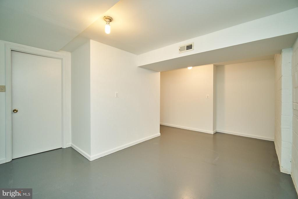 Lower level room: finish for bedroom or studio - 5366 GAINSBOROUGH DR, FAIRFAX
