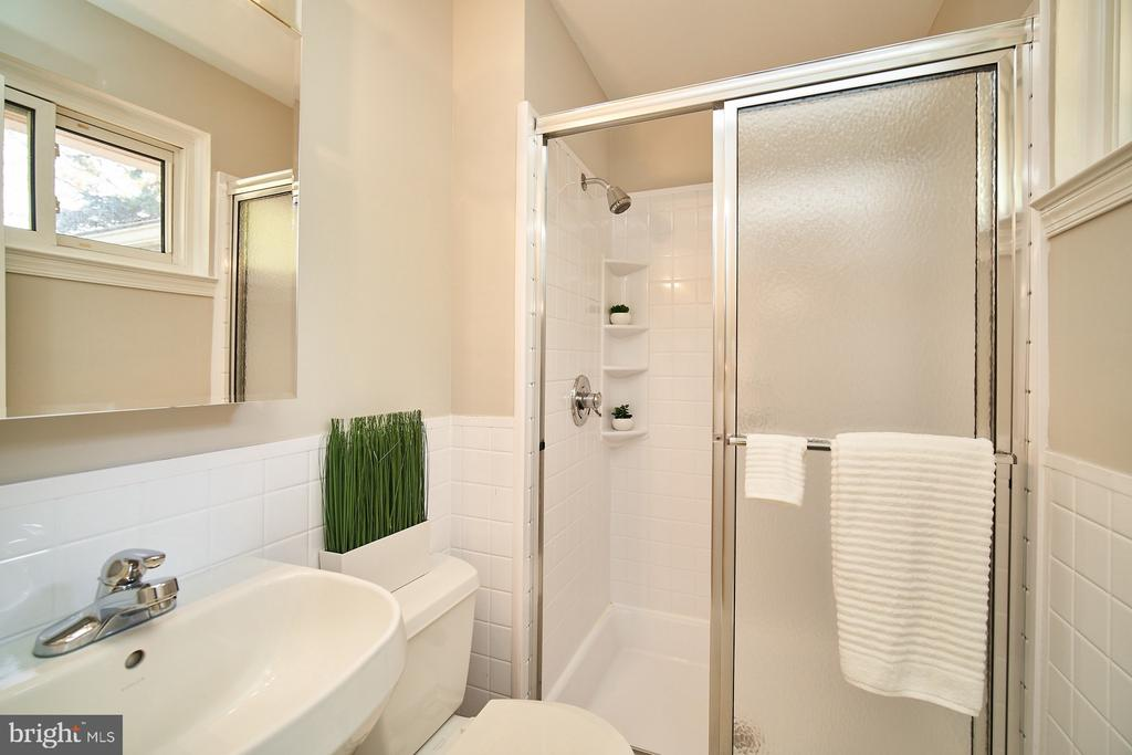 Renovated master bathroom - 5366 GAINSBOROUGH DR, FAIRFAX