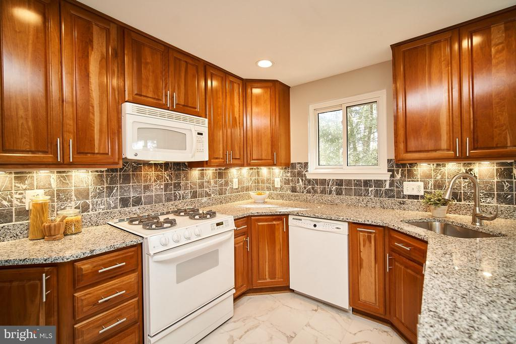 Italian backsplash, cherry cabinets - 5366 GAINSBOROUGH DR, FAIRFAX