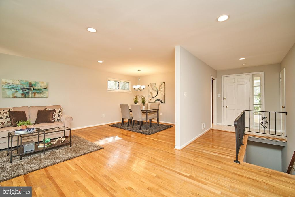 Hardwood floors throughout main level - 5366 GAINSBOROUGH DR, FAIRFAX