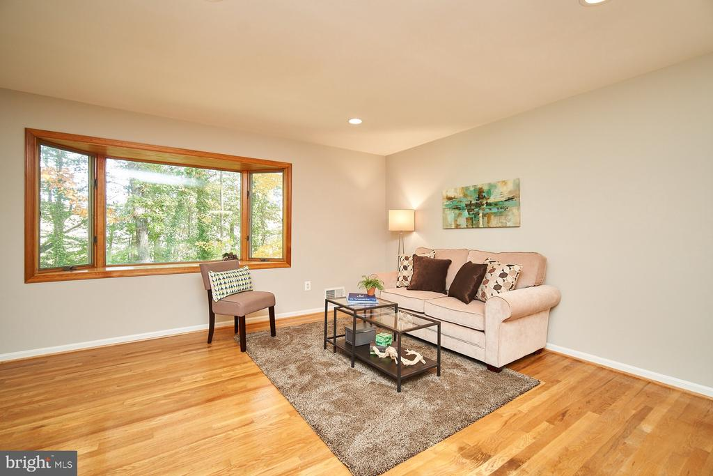 Incredible natural light throughout - 5366 GAINSBOROUGH DR, FAIRFAX