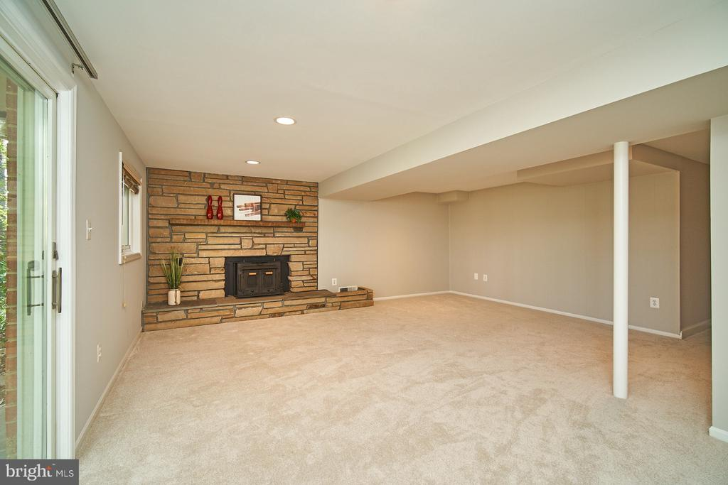 Wood burning stove and gorgeous stone hearth - 5366 GAINSBOROUGH DR, FAIRFAX