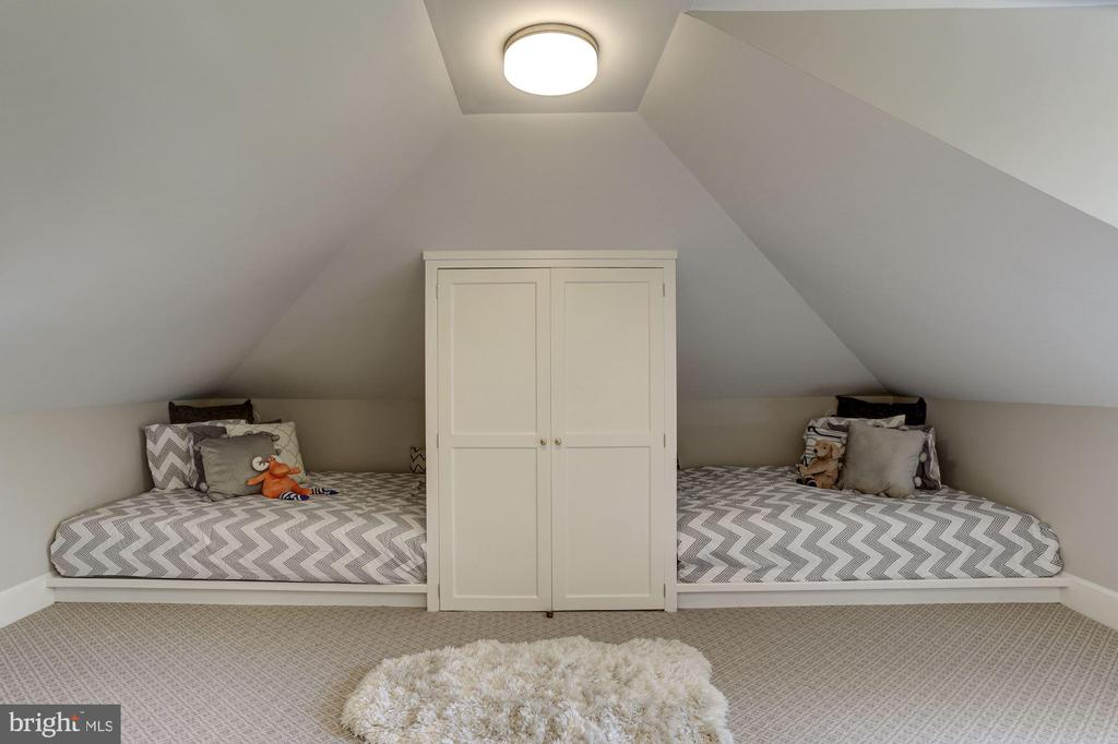 3rd Bedroom with built-in closet - 3306 R ST NW, WASHINGTON