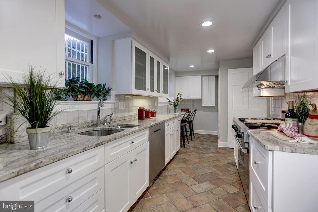 Expansive gourmet kitchen with under cabinet light - 3306 R ST NW, WASHINGTON