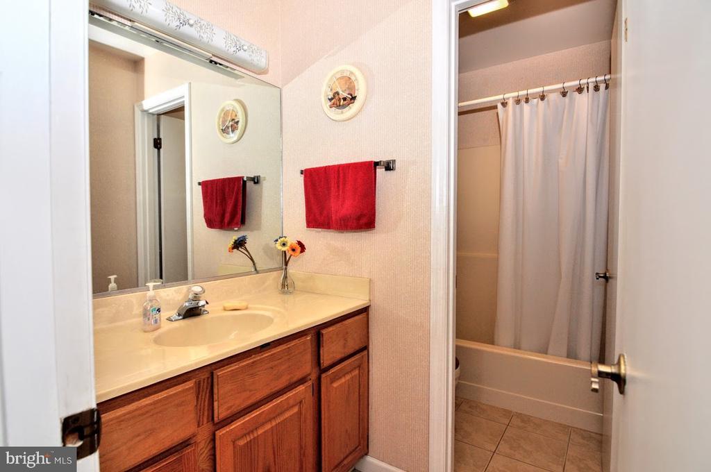Hallway Full Bath - 400 STRATFORD CIR, LOCUST GROVE