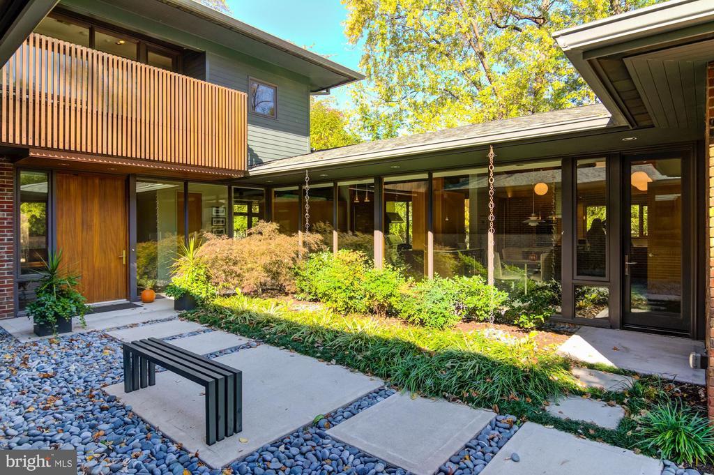 Beautiful courtyard entrance - 4611 36TH ST N, ARLINGTON