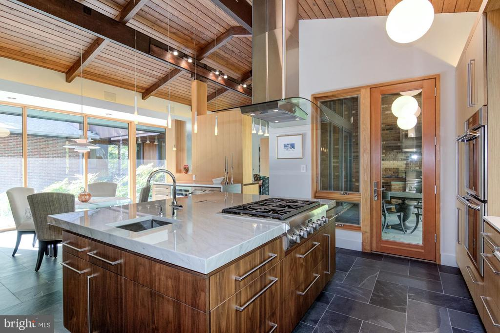Kitchen opens to covered patio with gas grill - 4611 36TH ST N, ARLINGTON