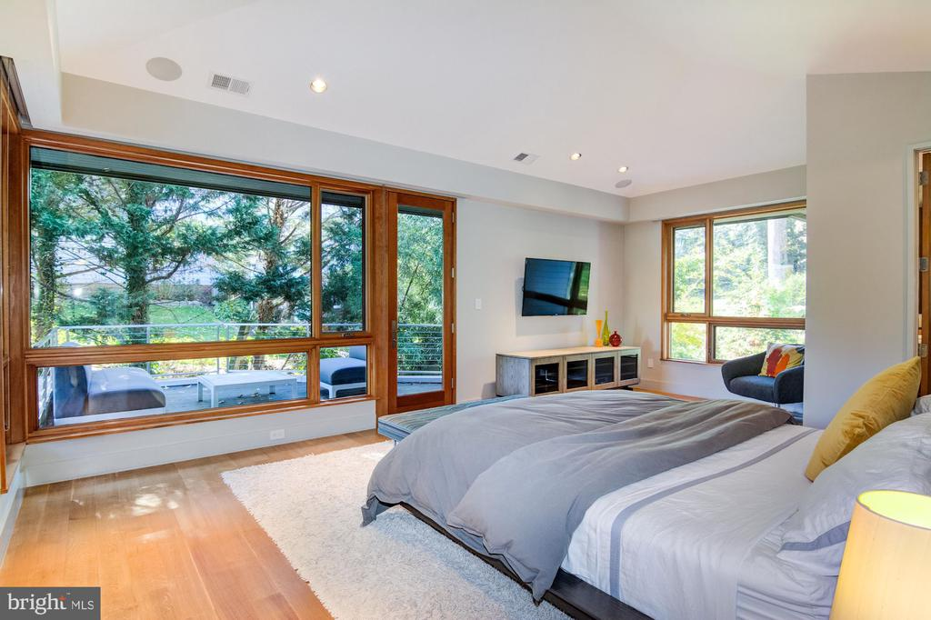 Upper level Master Bedroom with private deck - 4611 36TH ST N, ARLINGTON