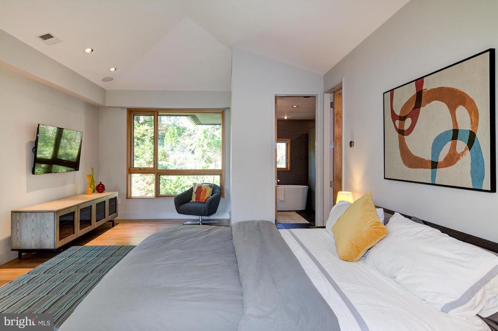 Master Bedroom w/ sitting area overlooking pool - 4611 36TH ST N, ARLINGTON