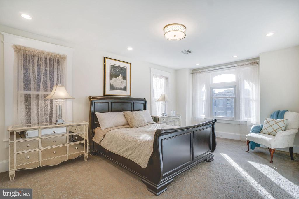 The master bedroom is enormous - 1755 18TH ST NW, WASHINGTON
