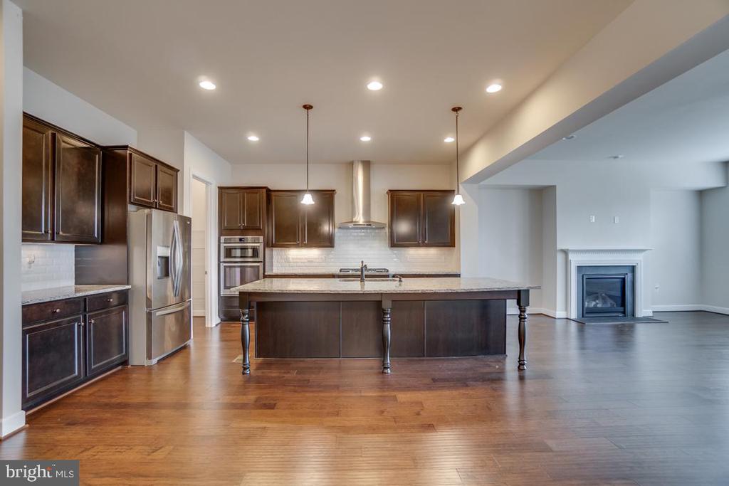 What a gorgeous kitchen! - 42560 DREAMWEAVER DR, BRAMBLETON