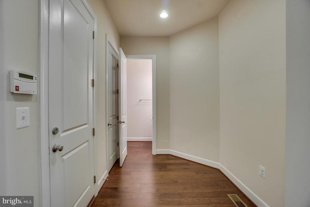 Hallway leading to powder room - 42560 DREAMWEAVER DR, BRAMBLETON