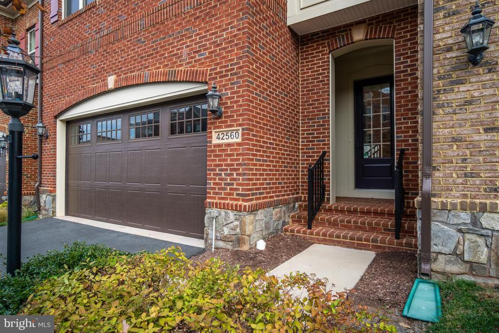 Walk up to a covered entryway - 42560 DREAMWEAVER DR, BRAMBLETON