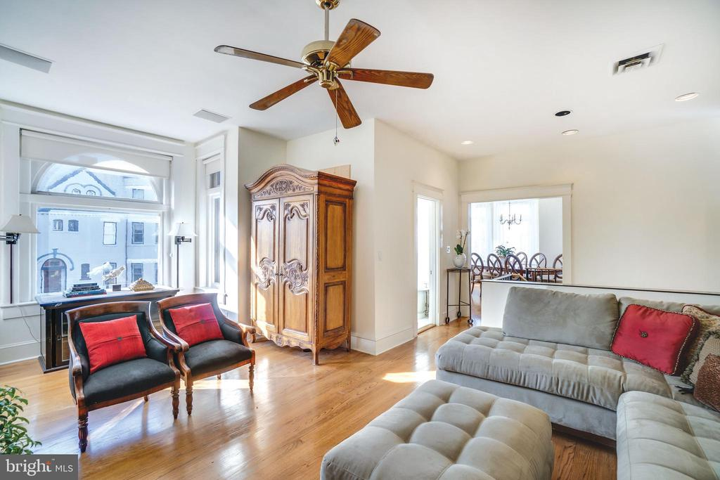 Sunny family room with room to stretch out - 1755 18TH ST NW, WASHINGTON