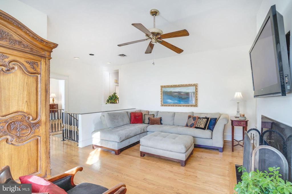 Enormous family room can become a bedroom - 1755 18TH ST NW, WASHINGTON