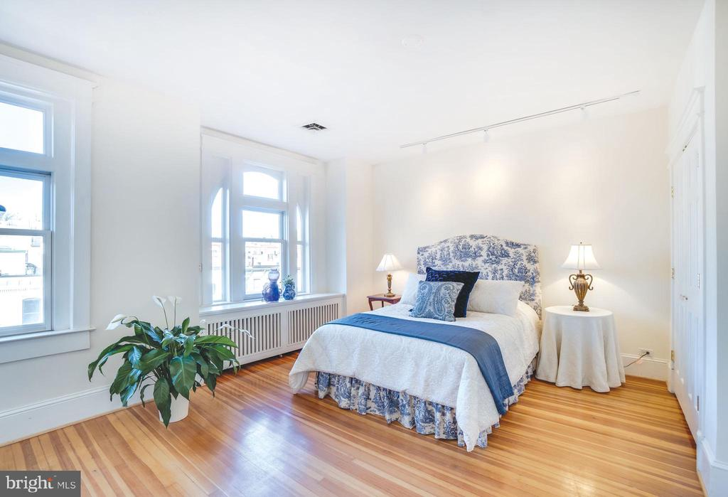 Second bedroom is awash in light - 1755 18TH ST NW, WASHINGTON
