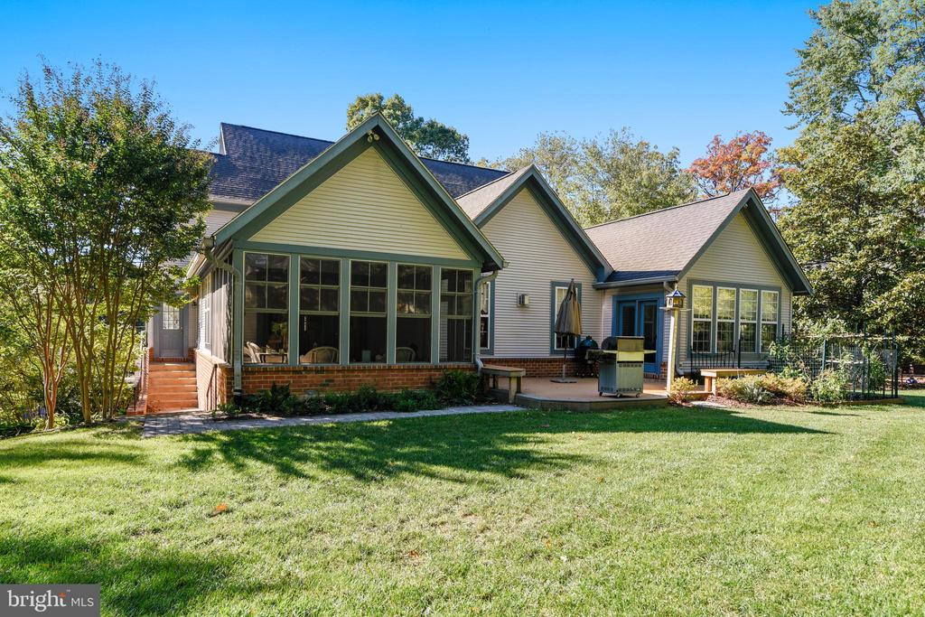 The screened porch and the master sunroom - 916 MONROE ST, HERNDON