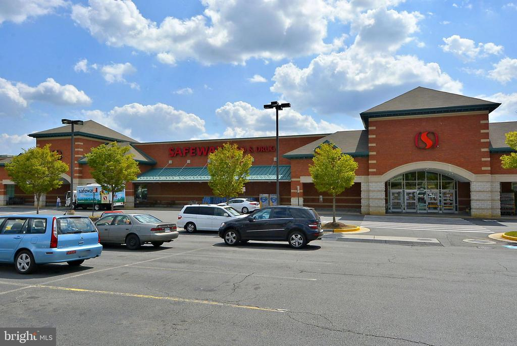 Stores, shops....everything you need is nearby - 916 MONROE ST, HERNDON