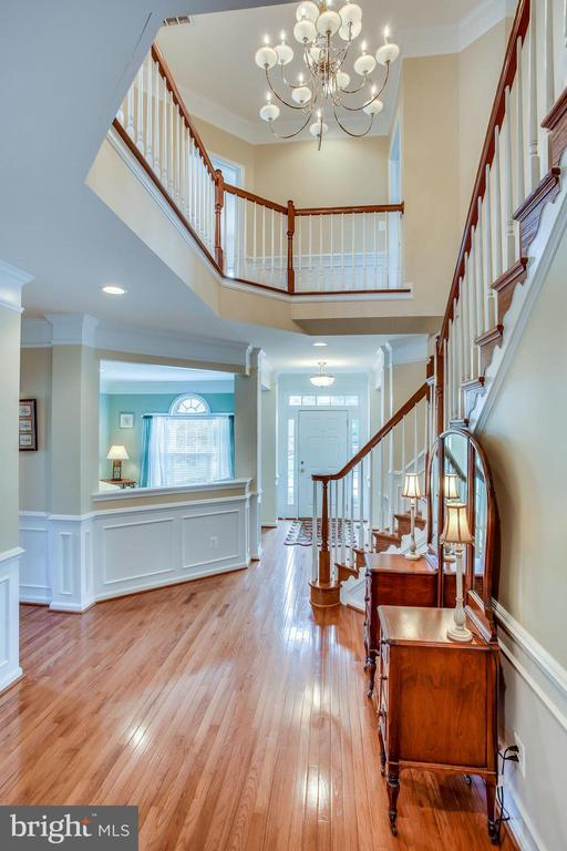 Soaring staircase - 42926 CLOVERLEAF CT, BROADLANDS