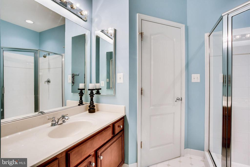 Ensuite bath for Bedroom 4 - 42926 CLOVERLEAF CT, BROADLANDS