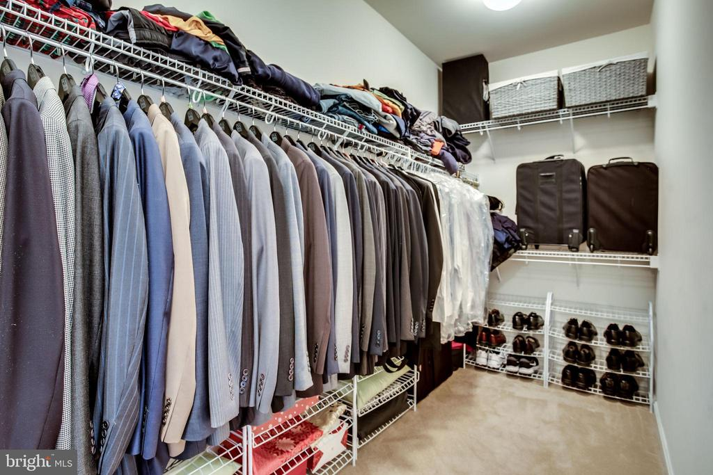 Large walk in closet - 42926 CLOVERLEAF CT, BROADLANDS