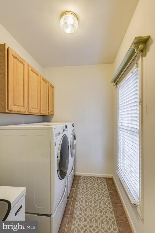 Mudroom and laundry area off kitchen & garage - 13171 RETTEW DR, MANASSAS