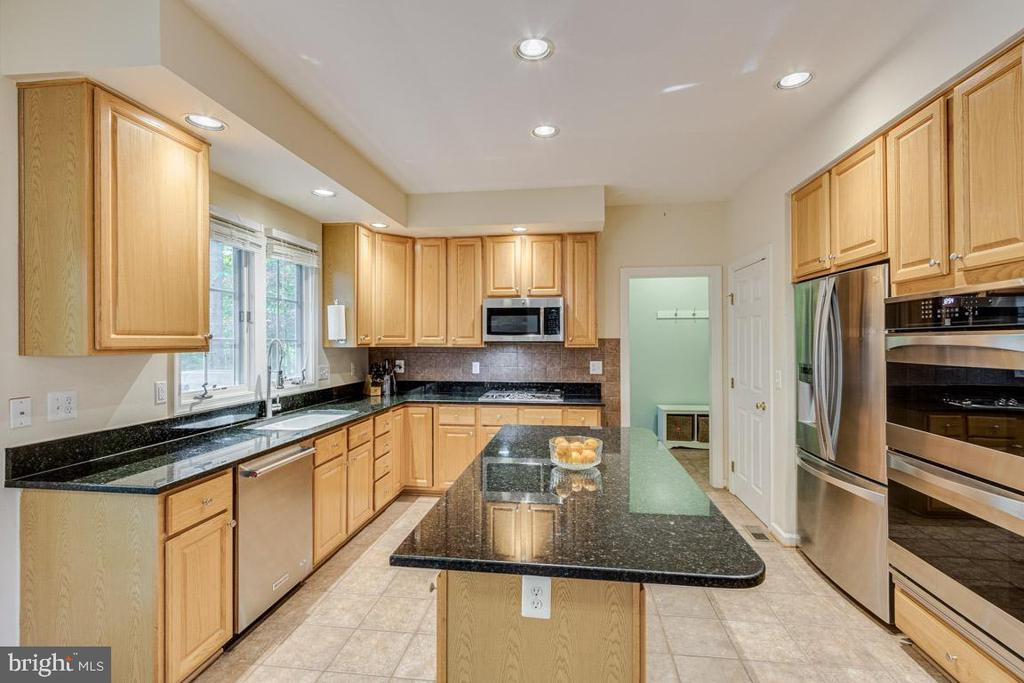 Large kitchen island with endless countertop space - 13171 RETTEW DR, MANASSAS