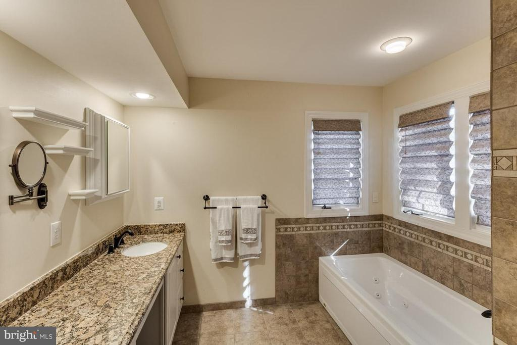 Perfect spa to retreat to at the end of the day - 13171 RETTEW DR, MANASSAS