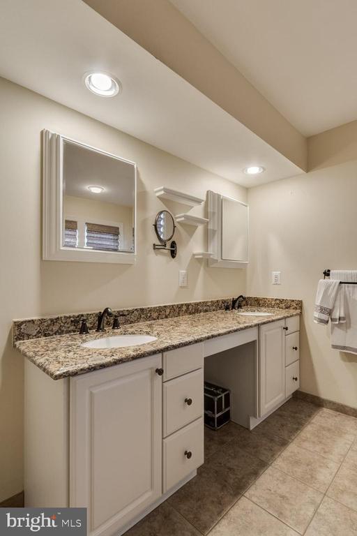 Dual vanities with granite countertops - 13171 RETTEW DR, MANASSAS