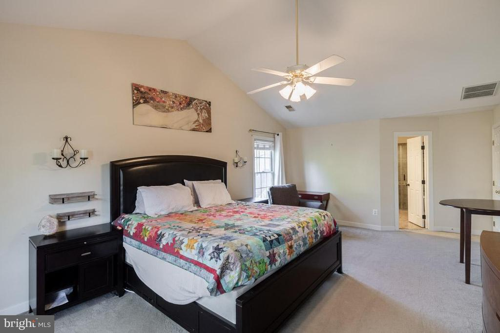 Spacious master bedroom with vaulted ceilings - 13171 RETTEW DR, MANASSAS