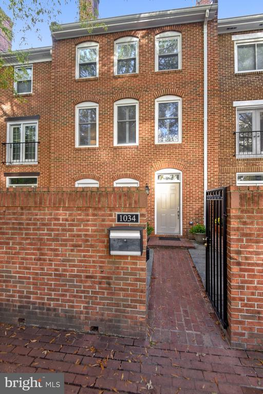 Private Courtyard! - 1034 N RANDOLPH ST, ARLINGTON