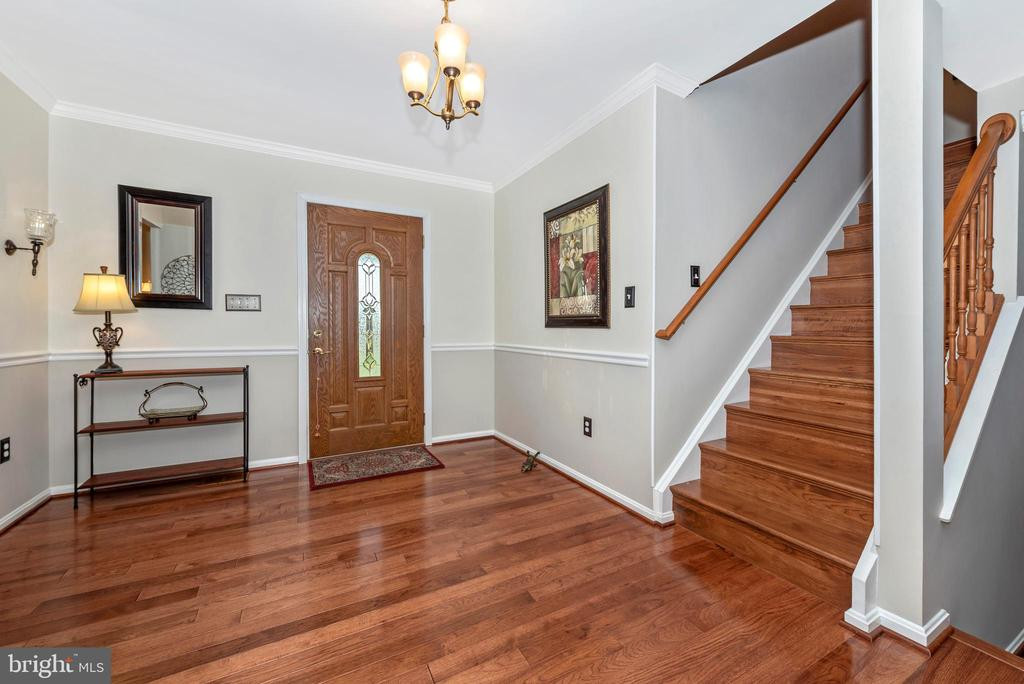 The spacious foyer entrance is all hardwood - 5745 STONEY CREEK CT, FREDERICK