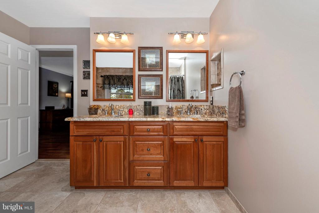 And~plenty of counter space - 5745 STONEY CREEK CT, FREDERICK