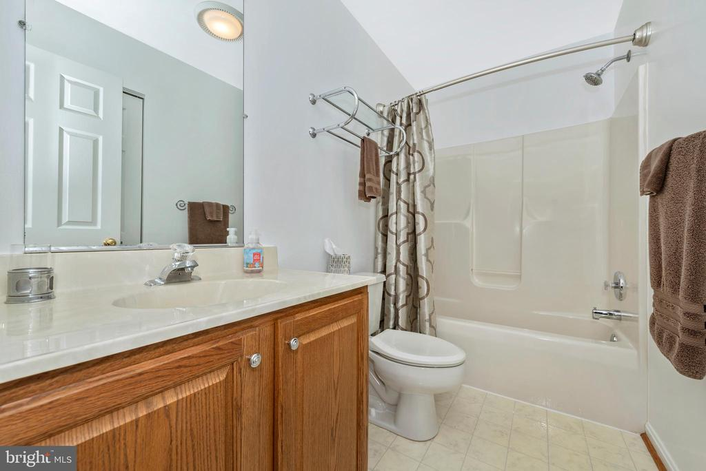 The convenient hallway bath is easily accessed - 5745 STONEY CREEK CT, FREDERICK