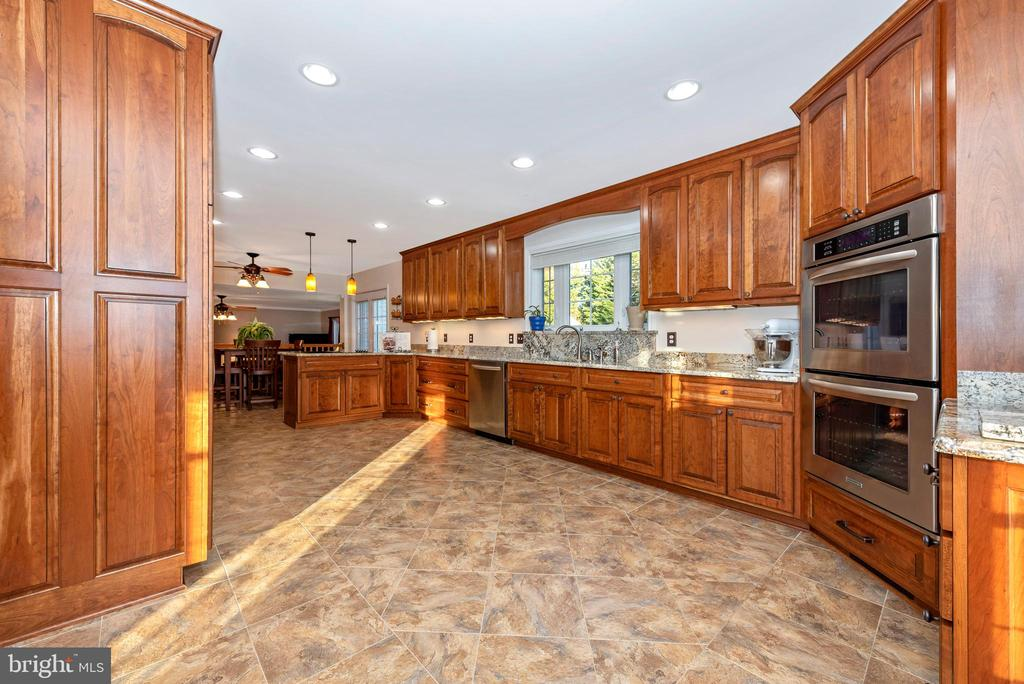 Lighting to complement the granite counters - 5745 STONEY CREEK CT, FREDERICK